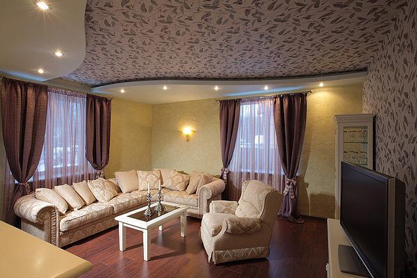 интерьер гостиной с двумя окнами на разных стенах
